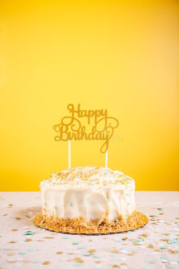 Torta di compleanno con il cappello a cilindro dorato Raggiro di celebrazione della festa di compleanno fotografia stock libera da diritti