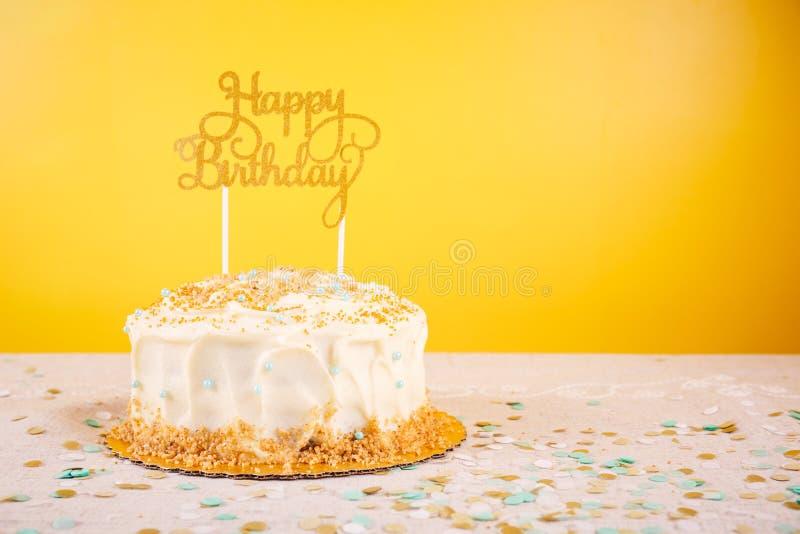 Torta di compleanno con il cappello a cilindro dorato Raggiro di celebrazione della festa di compleanno fotografia stock