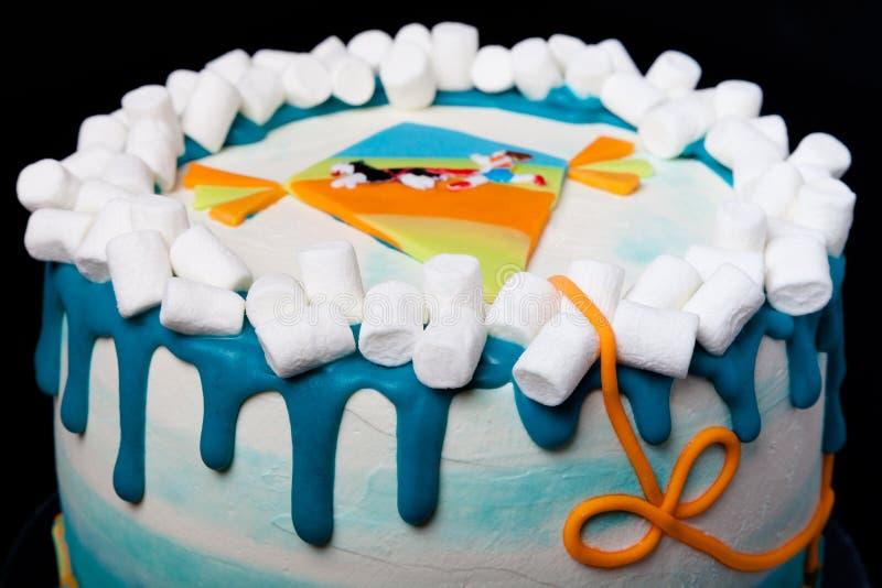 Torta di compleanno con l'iscrizione & x22; Buon compleanno, Juliana& x22; su fondo blu fotografie stock libere da diritti