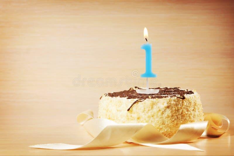 Torta di compleanno con la candela bruciante come numero uno fotografia stock libera da diritti