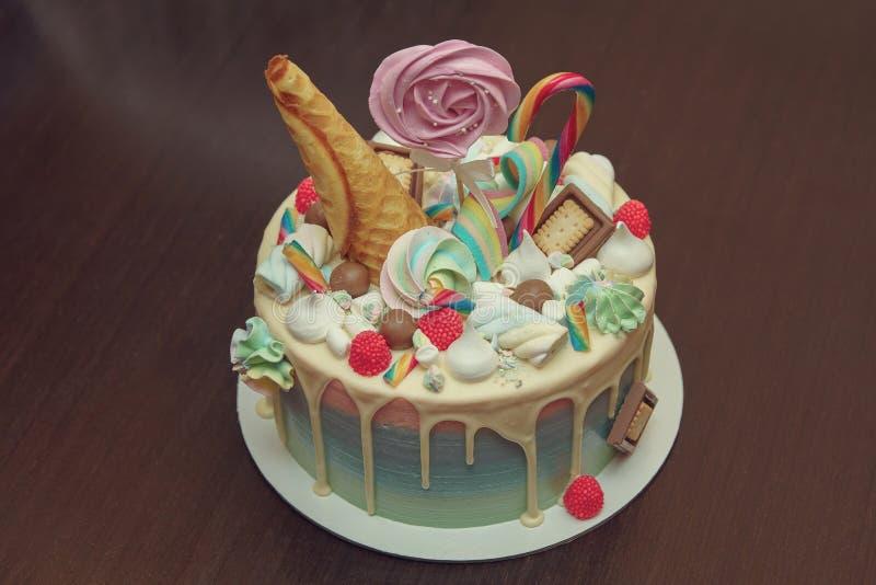 Torta di compleanno con la decorazione per children& x27; compleanno di s sulla tavola fotografie stock libere da diritti