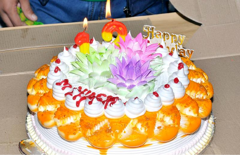 Torta di compleanno con le candele fotografie stock libere da diritti