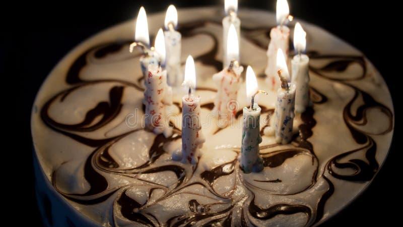 Torta di compleanno con le candele immagine stock