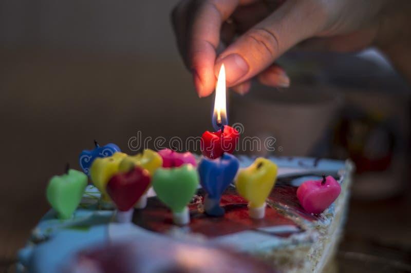 Torta di compleanno con le candele fotografia stock libera da diritti