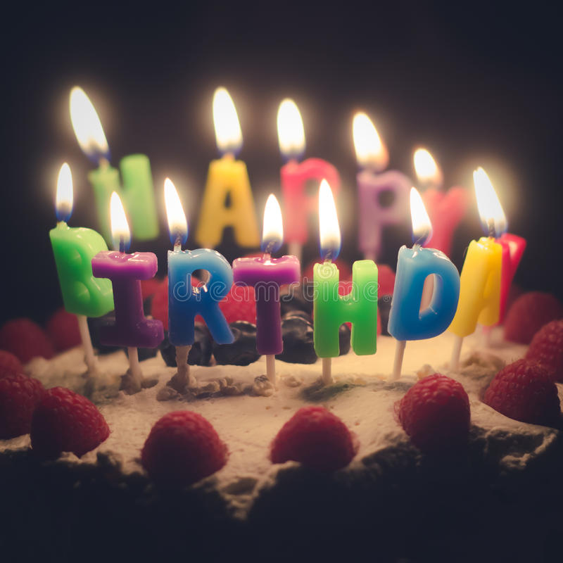 Torta di compleanno con le candele immagini stock