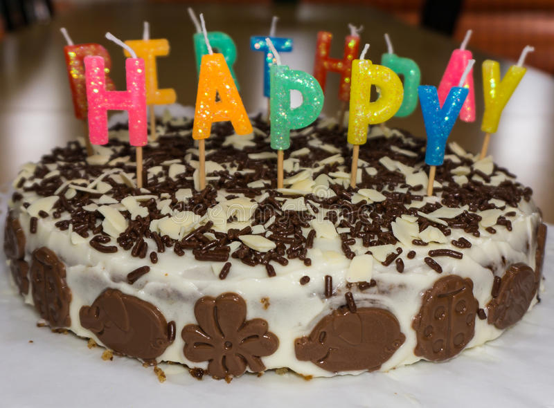 Torta di compleanno con le candele Buon compleanno fotografia stock libera da diritti