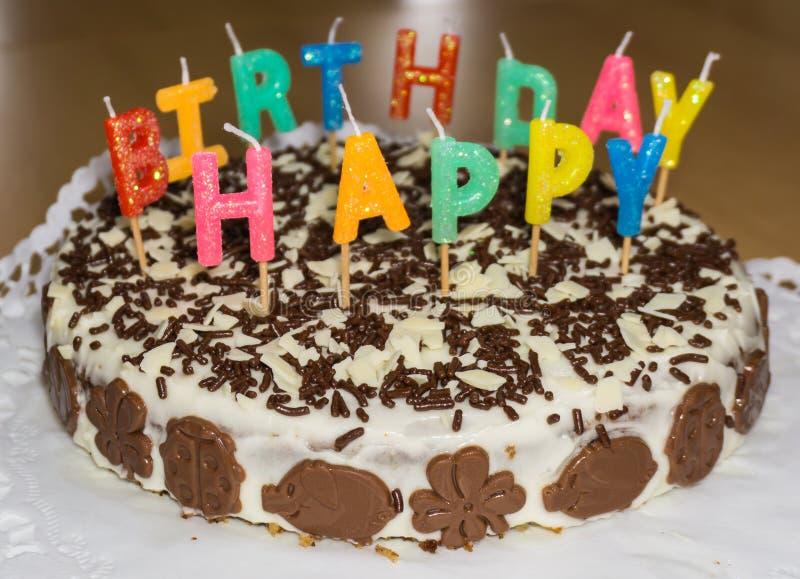Torta di compleanno con le candele Buon compleanno fotografie stock libere da diritti