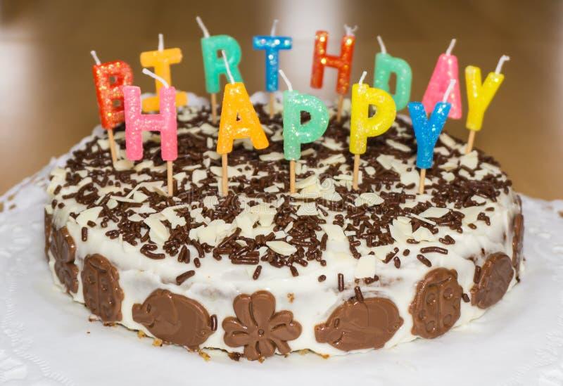 Torta di compleanno con le candele Buon compleanno fotografie stock