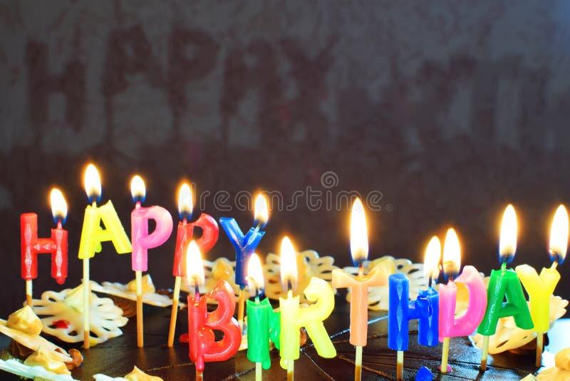Torta di compleanno con le candele burning immagine stock
