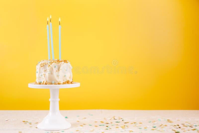 Torta di compleanno con le candele Concetto di celebrazione della festa di compleanno immagine stock