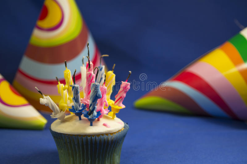 Torta di compleanno con le candele dopo la festa di compleanno fotografia stock