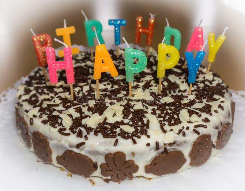 Torta di compleanno con le candele Oggetto dell'alimento di buon compleanno fotografia stock libera da diritti