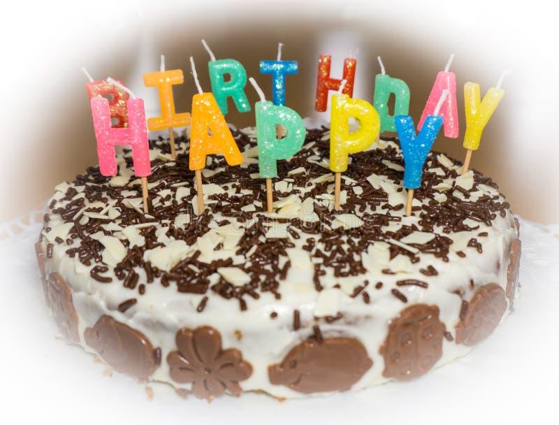 Torta di compleanno con le candele Oggetto dell'alimento di buon compleanno immagini stock libere da diritti