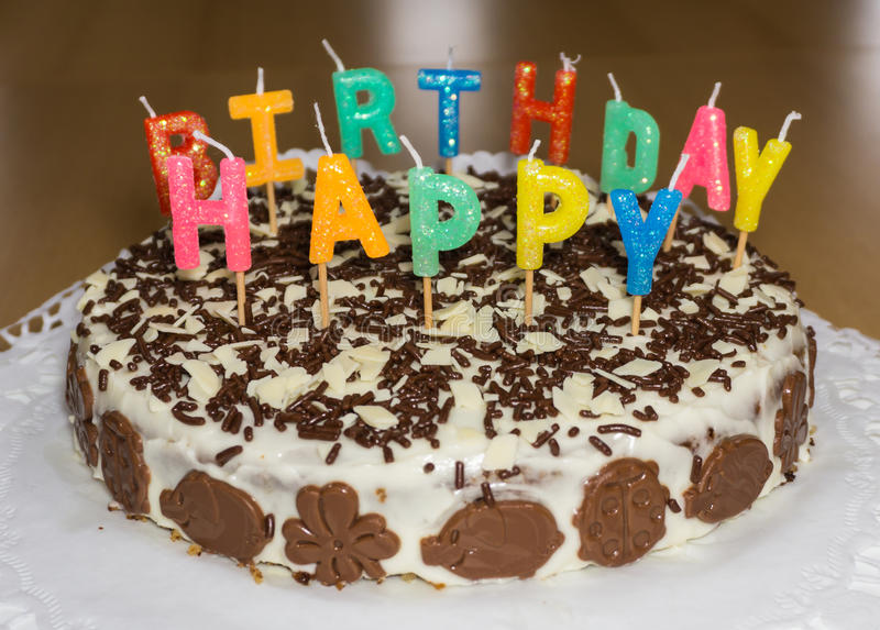 Torta di compleanno con le candele Oggetto dell'alimento di buon compleanno fotografia stock