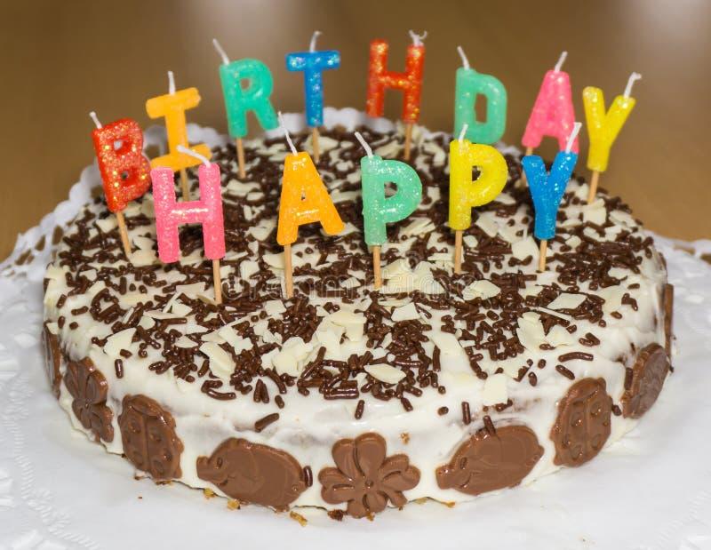 Torta di compleanno con le candele Oggetto dell'alimento di buon compleanno immagine stock