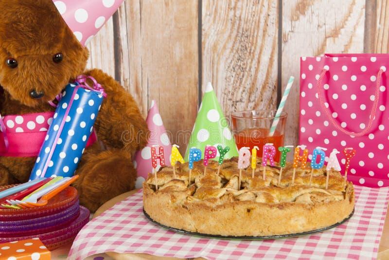 Torta di compleanno con le candele per il partito del bambino immagini stock