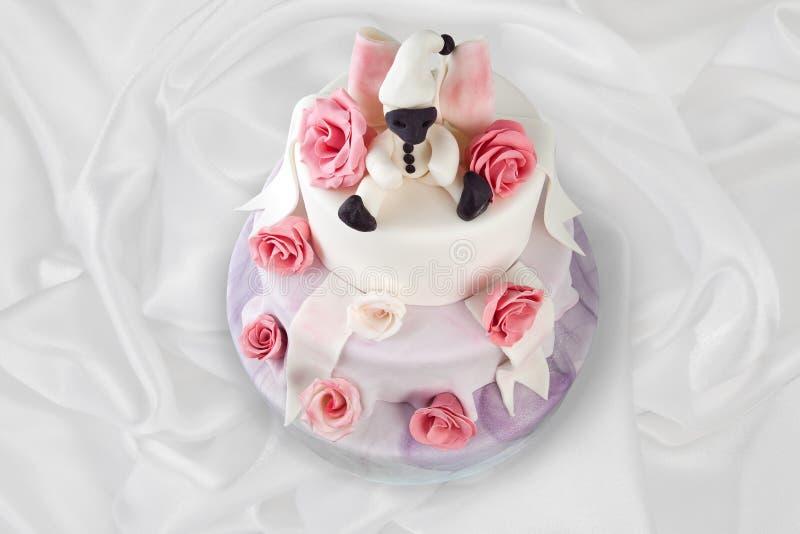 Torta di compleanno con le rose su bianco fotografie stock