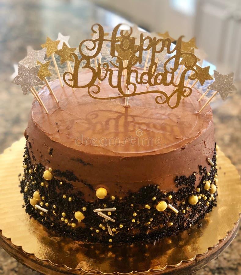 Torta di compleanno decadente del cioccolato fotografia stock