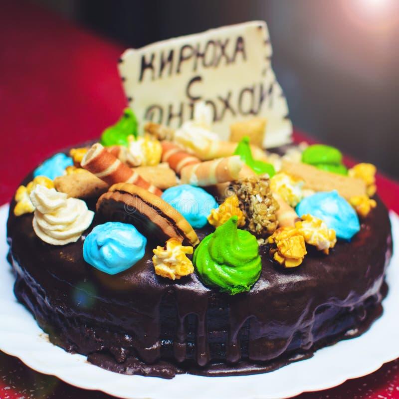 Torta di compleanno decorata con un biscotto con l'iscrizione KIRI fotografia stock
