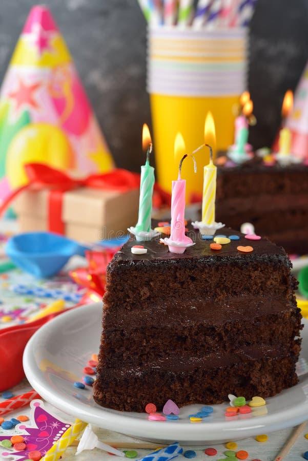 Torta di compleanno del cioccolato immagine stock