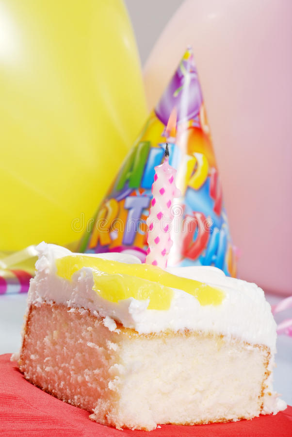 Torta di compleanno del limone con la candela fotografia stock