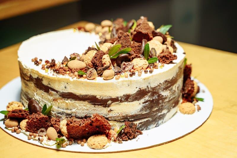 Torta di compleanno deliziosa con i dadi ed il cioccolato fotografie stock libere da diritti