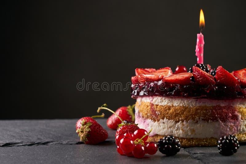 Torta di compleanno deliziosa del lampone immagine stock libera da diritti