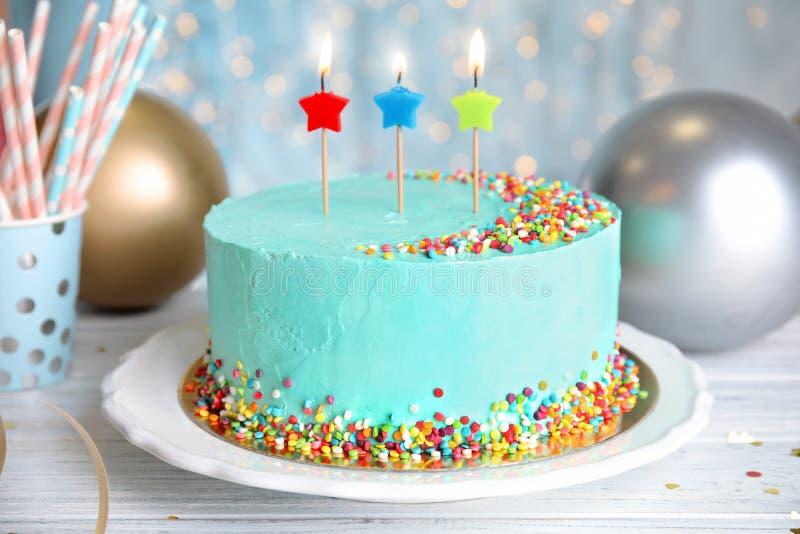 Torta di compleanno deliziosa fresca con le candele fotografia stock