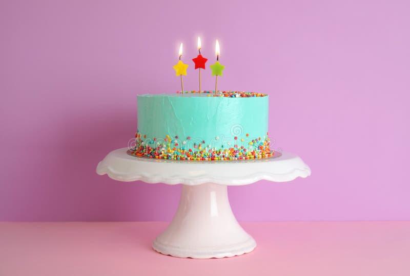 Torta di compleanno deliziosa fresca con le candele sul supporto fotografia stock libera da diritti