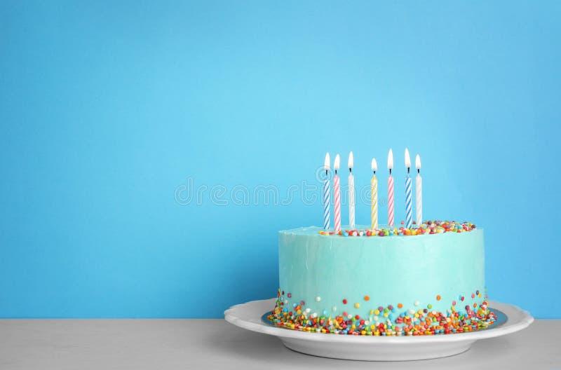 Torta di compleanno deliziosa fresca con le candele sulla tavola fotografie stock