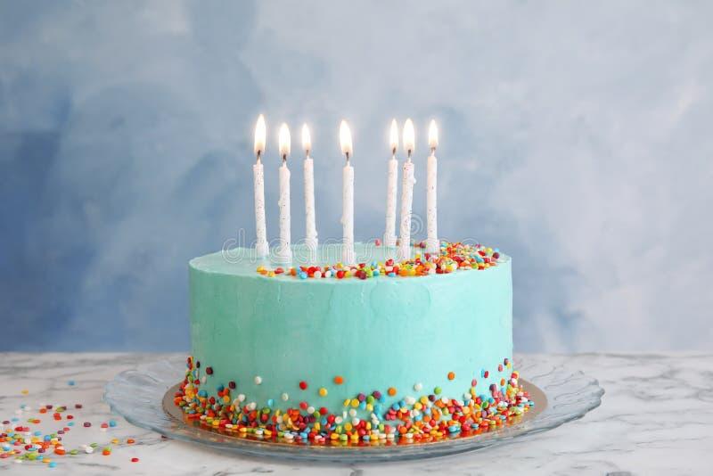 Torta di compleanno deliziosa fresca con le candele sulla tavola immagine stock