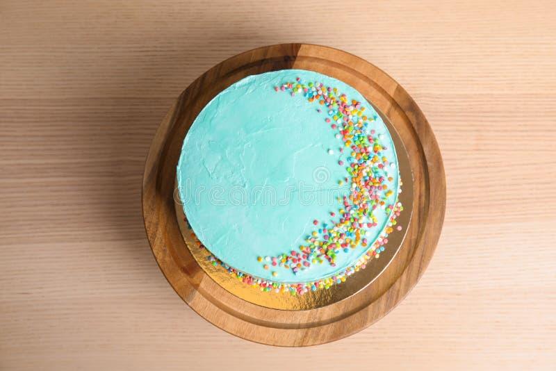 Torta di compleanno deliziosa fresca su fondo di legno immagini stock
