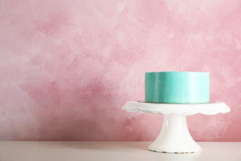 Torta di compleanno deliziosa fresca sul supporto contro il fondo di colore fotografia stock