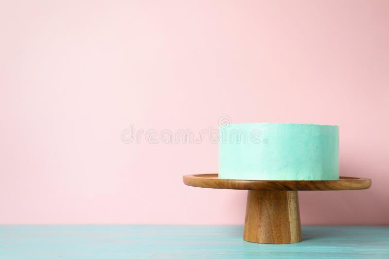Torta di compleanno deliziosa fresca sul supporto contro il fondo di colore immagine stock