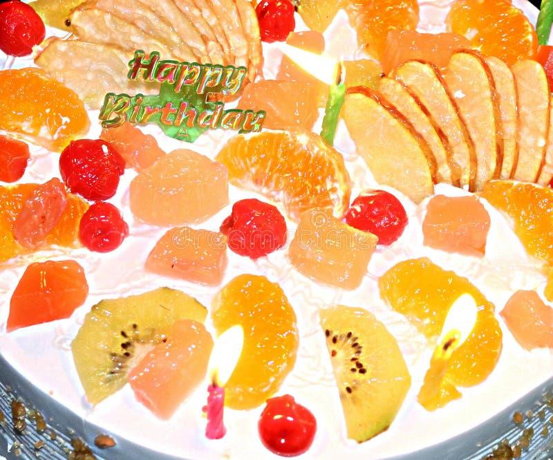 Torta di compleanno deliziosa per la festa di compleanno immagine stock libera da diritti