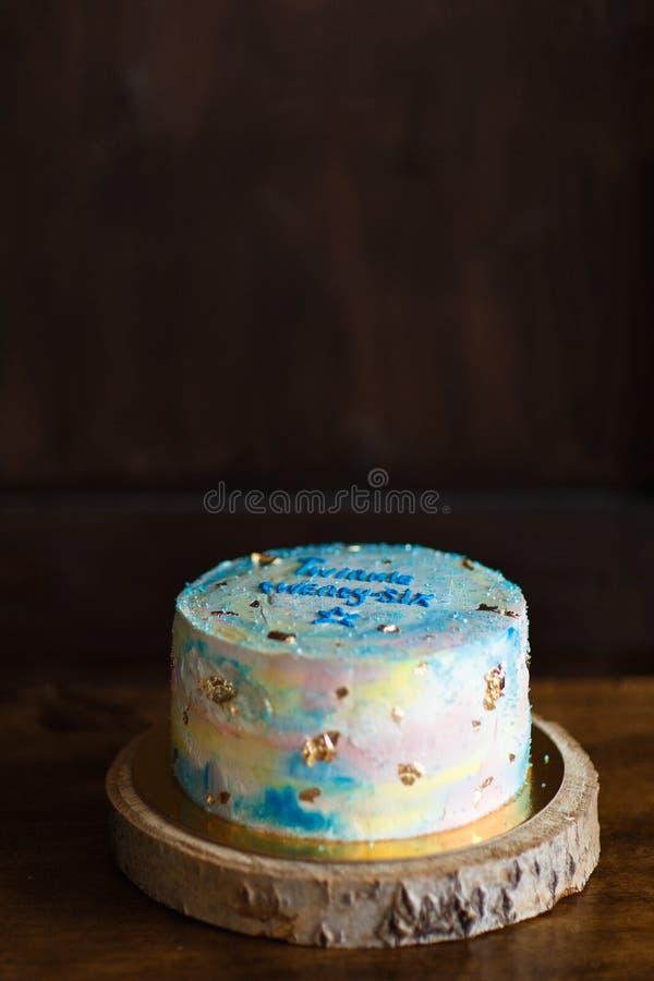 Torta di compleanno deliziosa sulla tavola Concetto di compleanno immagini stock libere da diritti