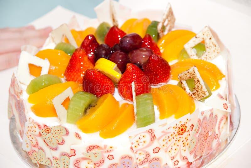 Torta di compleanno della frutta immagine stock