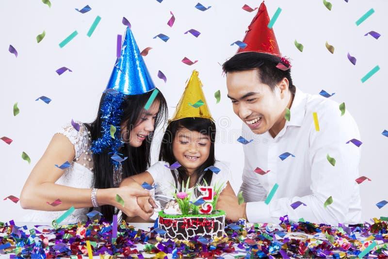 Torta di compleanno di taglio della famiglia insieme fotografia stock