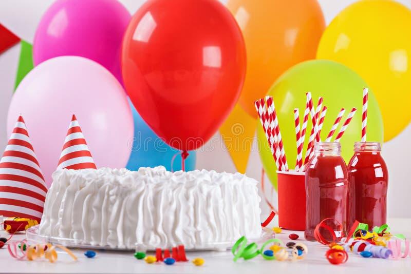 Torta di compleanno e decorazione fotografia stock libera da diritti