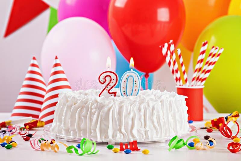 Torta di compleanno e decorazione fotografia stock