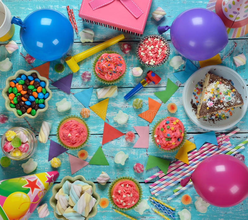 Torta di compleanno e vari accessori fotografia stock libera da diritti