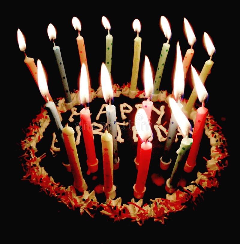 Torta di compleanno felice e fondo acceso acceso del telefono cellulare delle candele fotografia stock
