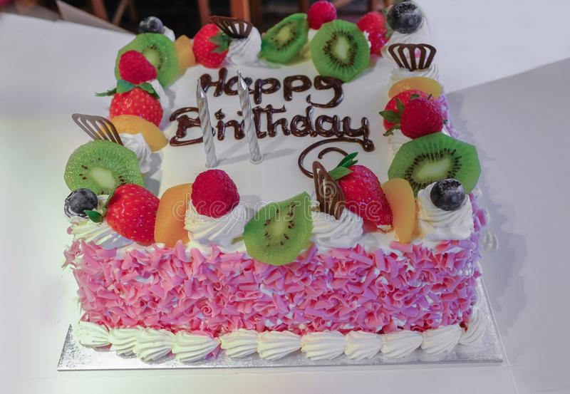 Torta di compleanno fresca della frutta e della crema fotografie stock libere da diritti