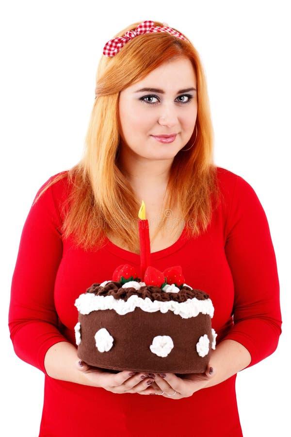 Torta di compleanno grassottella della tenuta della donna di Attracitve fotografia stock