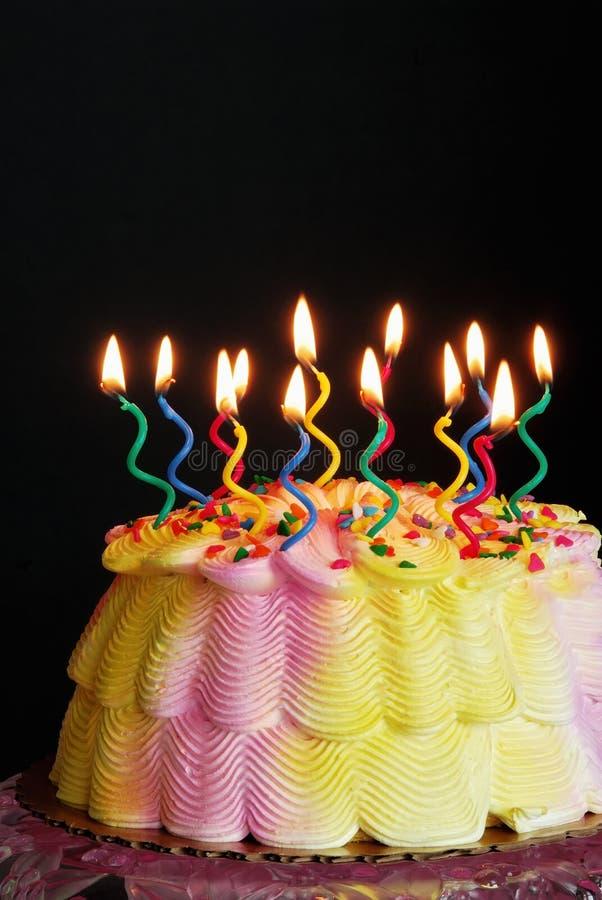 Torta di compleanno illuminata fotografia stock