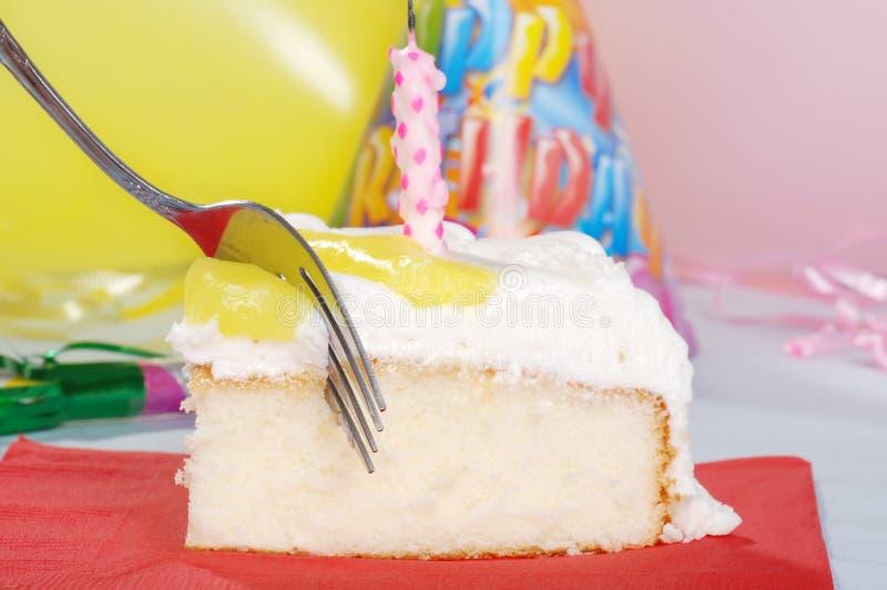 Torta di compleanno a macroistruzione di taglio della forcella con la candela fotografia stock libera da diritti