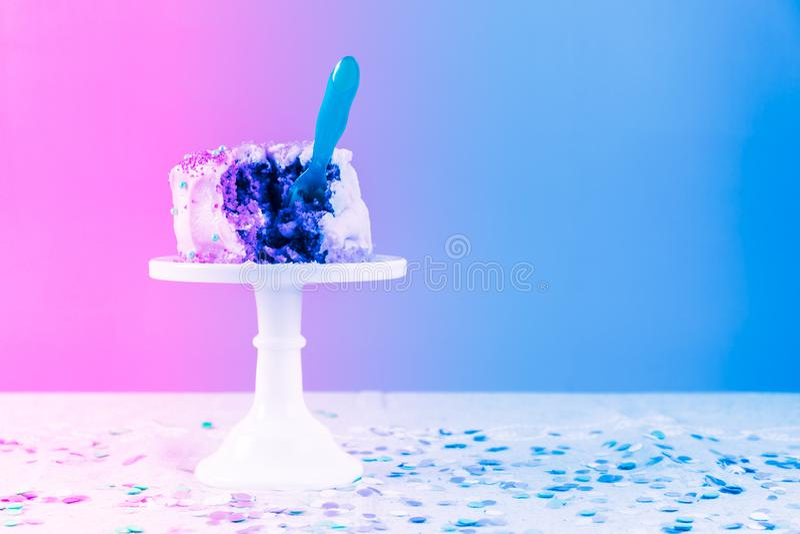 Torta di compleanno nociva con il cucchiaio Celebrazione della festa di compleanno e immagini stock libere da diritti