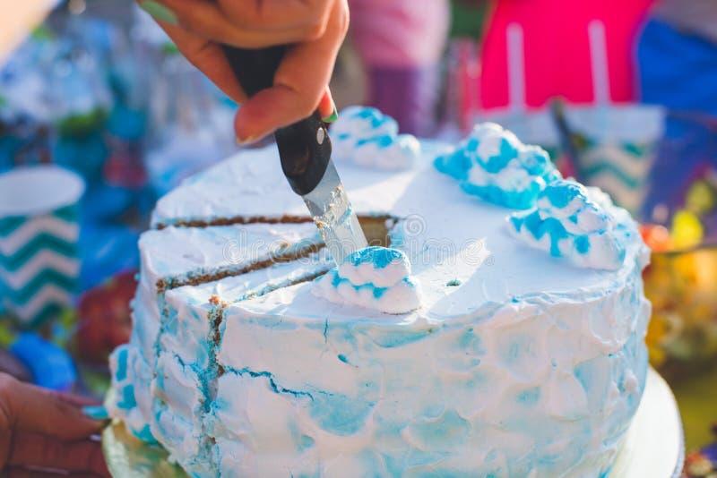 Torta di compleanno per il compleanno Un pezzo già ha tagliato Il coltello taglia il dolce Picnic nella sosta un giorno pieno di  immagine stock libera da diritti