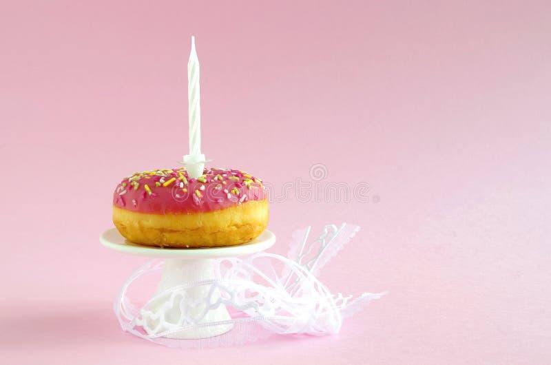 Torta di compleanno rosa fotografia stock libera da diritti