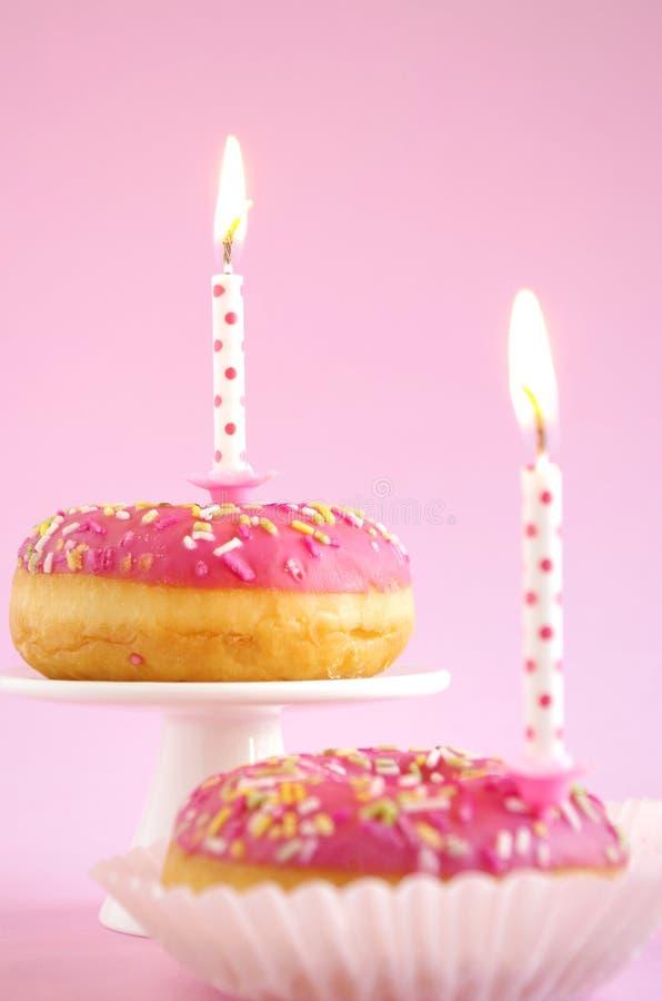 Torta di compleanno rosa immagine stock